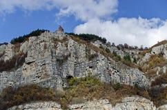 Una alta cima di Lakatnik oscilla con il monumento, la sfilata del fiume di Iskar, provincia di Sofia Fotografia Stock Libera da Diritti