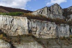 Una alta cima di Lakatnik oscilla con l'incrocio, la sfilata del fiume di Iskar, provincia di Sofia Fotografia Stock Libera da Diritti