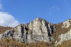 Una alta cima di Lakatnik oscilla con l'incrocio, la sfilata del fiume di Iskar, provincia di Sofia Fotografie Stock