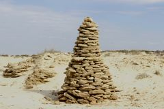 Una alta colina de piedra, pasando por alto el desierto en un ambiente arenoso y una vegetación pobre del desierto Imágenes de archivo libres de regalías