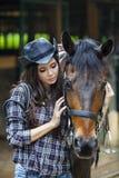 Una amistad entre la muchacha y el caballo Fotos de archivo libres de regalías