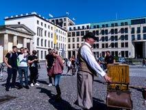 Una amoladora de órgano tradicional por la puerta de Brandeburgo es el ` s de Berlín la mayoría de la señal famosa Fotos de archivo