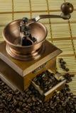 Una amoladora de café pasada de moda Fotos de archivo