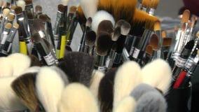 Una amplia variedad de cepillos del maquillaje almacen de metraje de vídeo