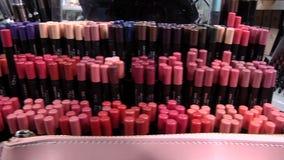 Una amplia variedad de cosméticos del maquillaje almacen de video