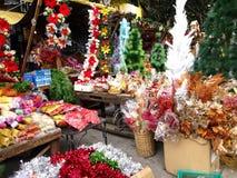 Una amplia variedad de decoraciones del hogar y de la Navidad en la exhibición en una tienda en el mercado de Dapitan Imágenes de archivo libres de regalías