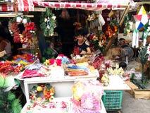 Una amplia variedad de decoraciones del hogar y de la Navidad en la exhibición en una tienda en el mercado de Dapitan Imagen de archivo