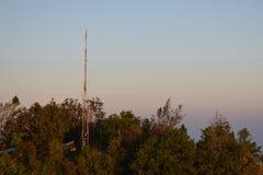 Una antena del teléfono en la colina fotos de archivo