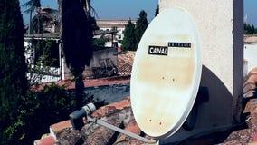 Una antena parabólica en el tejado almacen de video