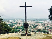 Una Antigua de admiración turística femenina joven, Guatemala del puesto de observación de Cerro de la Cruz foto de archivo