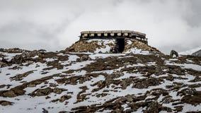Una arcón del ejército camuflada perfectamente en la nieve y los terrenos rocosos imágenes de archivo libres de regalías