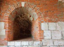 Una aspillera en la pared antigua de la fortaleza imágenes de archivo libres de regalías
