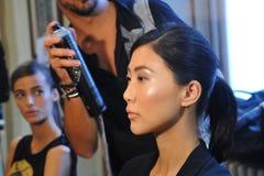 Una atmósfera general entre bastidores durante la demostración de Chicca Lualdi como parte de Milan Fashion Week Imagen de archivo libre de regalías