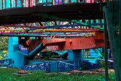 Una atracción olvidada antigua en un parque de atracciones perdido La pintura agrietada debido a tiempo Colores de Vibrance y atm imagen de archivo