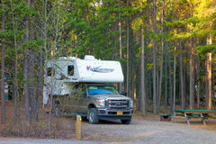 Una autocaravana en un camping del gobierno en los territorios del Yukón Imágenes de archivo libres de regalías