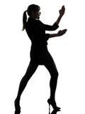 Silueta de la autodefensa del karate de la mujer de negocios Foto de archivo libre de regalías