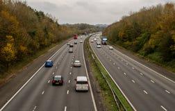Una autopista BRITÁNICA, con tráfico limitado Imagenes de archivo