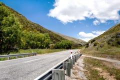 Una autopista sin peaje en la montaña foto de archivo