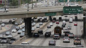 Una autopista sin peaje ocupada en Los Ángeles almacen de metraje de vídeo