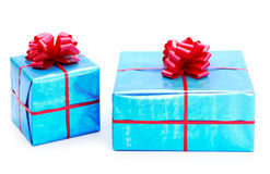 Una azul turquesa presenta atado con los arcos rojos Fotos de archivo libres de regalías