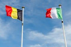 Una Bélgica y banderas italianas fotografía de archivo