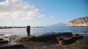 Una bahía azul clara del mar en Sorrento metrajes
