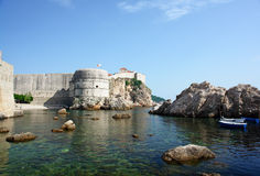 Una baia del mare suroounded dalle vecchie pareti e scogliere. Fotografia Stock Libera da Diritti