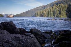 Una baia isolata fuori dello stretto del Chatham dell'Alaska sudorientale Immagine Stock Libera da Diritti