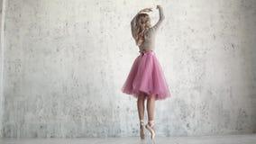 Una bailarina joven en un paquete y un pointe clásicos rosados calza baila agraciado belleza y tolerancia del ballet almacen de video