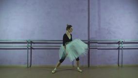 Una ballerina di divertimento nel ballare delle scarpe di dito del piede stock footage