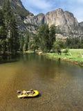 Una balsa amarilla hace su manera rio abajo de Merced en Yosemite Imagen de archivo libre de regalías