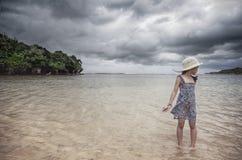 Una bambina alla spiaggia Fotografia Stock Libera da Diritti