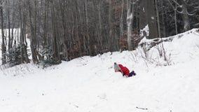 Una bambina che gioca con la neve nel parco selvaggio, 4K archivi video