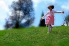 Una bambina che gioca sulla collina Immagini Stock Libere da Diritti