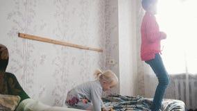 Una bambina che salta sul letto stock footage