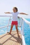 Una bambina che si leva in piedi alla poppa della nave Fotografie Stock