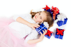 Una bambina con i regali Immagini Stock