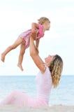 Una bambina con la sua madre sul mare Immagine Stock