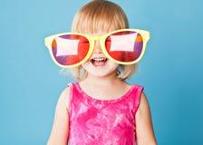 Una bambina con occhiali da sole enormi immagine stock libera da diritti