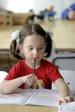 Una bambina concentrata Fotografia Stock