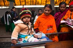 Una bambina dolce è stata pesata in una bascula o in una scala fotografia stock libera da diritti