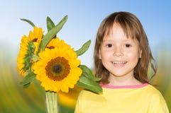 Una bambina e girasoli Fotografia Stock Libera da Diritti