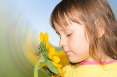 Una bambina e un girasole Fotografia Stock Libera da Diritti