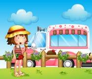 Una bambina ed il bus del gelato royalty illustrazione gratis