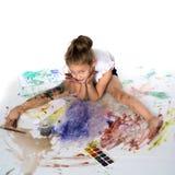 Una bambina estrae le pitture sul suo corpo immagine stock