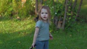 Una bambina gioca nel baminton video d archivio