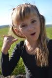 Una bambina gioca un telefono Immagini Stock