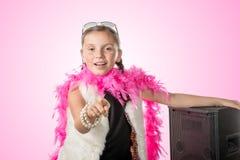 Una bambina graziosa con un boa di piuma rosa Fotografie Stock Libere da Diritti