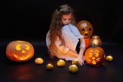 Una bambina piacevole con le zucche ed i palloni fotografia stock libera da diritti