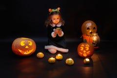 Una bambina piacevole con le zucche ed i palloni immagini stock libere da diritti